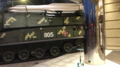 Un véhicule blindé de l'armée s'écrase contre un bâtiment de Kiev