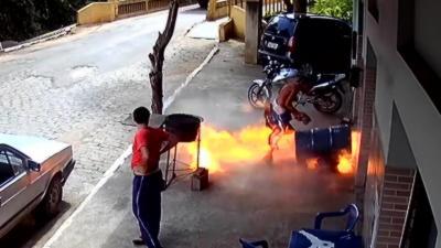 En voulant fabriquer un barbecue il fait exploser un baril en le coupant