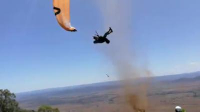 Un parapentiste pris au piège dans un violent tourbillon de poussière