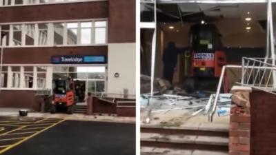 Un employé qui ne s'est pas fait payer détruit la réception d'un hôtel avec une pelleteuse