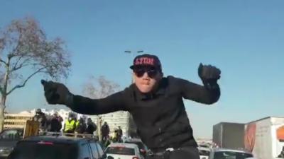 Un fourgon de police se fait violemment attaquer par des Gilets Jaunes