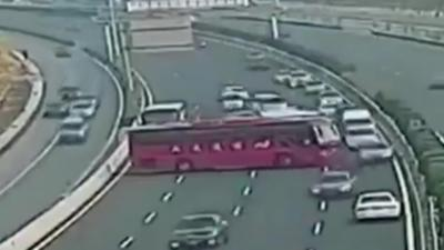 Le chauffeur d'un autocar fait demi-tour en plein milieu d'une autoroute bondée