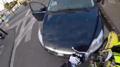 Une course-poursuite entre un jeune à motocross et la police qui se termine mal