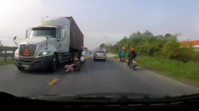 Une maman et son bébé manquent de peu de se faire écraser par un camion