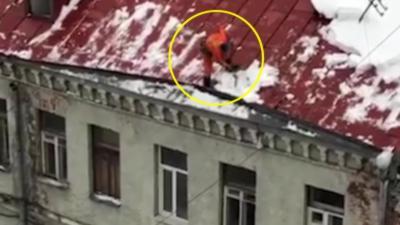 Un homme déneige un toit sans aucune sécurité et finit par tomber