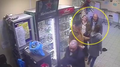Une caissière explose un homme qui agresse son pote sans raison