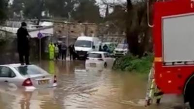 Des pompiers n'arrivent pas à secourir un homme coincé sur le toit de sa voiture dans des inondations