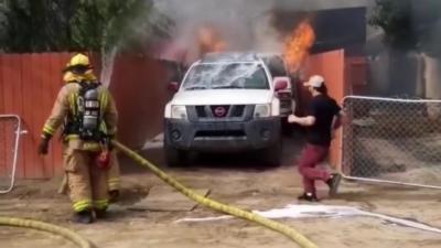 Un homme rentre dans sa maison en feu pour sauver son chien