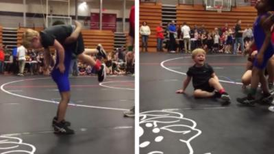 Un jeune lutteur fait une grosse prise de catch à son adversaire