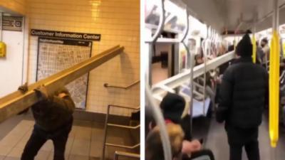 Un homme transporte une poutre de plusieurs mètres de long dans le métro
