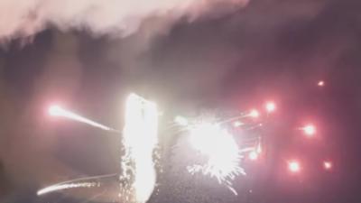 Un avion tire des lasers et des feux d'artifice pendant un show aérien
