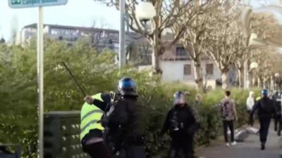 Un policier matraque la tête d'un manifestant pendant l'acte 20 des gilets jaunes