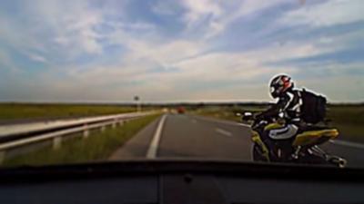 Un motard énervé s'amuse à freiner devant une voiture en Russie