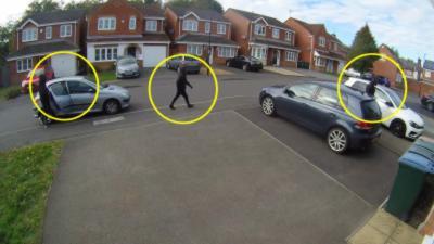 Un voisin utilise sa voiture pour bloquer des voleurs qui veulent partir avec une Golf R