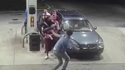 4 jeunes fêtards se font attaquer par un homme a main armée dans une station essence