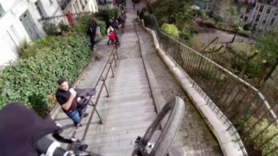 L'hallucinante descente à toute vitesse de Fabio Wibmer dans les escaliers de Montmartre à Paris
