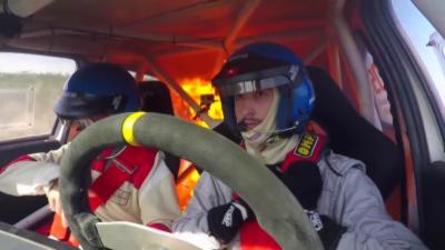 Le réservoir d'une voiture de rallye prend feu en pleine course