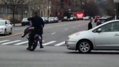 Un policier s'explose au sol en conduisant une motocross qu'il doit placer à la fourrière