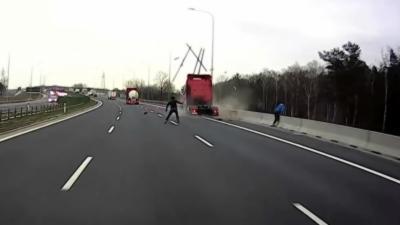 Un camion en excès de vitesse fonce sur un véhicule arrêté sur le bord d'une route