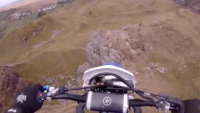 Un homme en motocross fait une chute de 12 mètres de haut en tombant d'une falaise