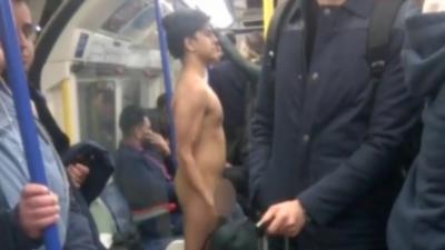Un homme totalement nu dans le métro fait de la musculation