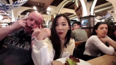 Des Allemands ivres et racistes se moquent d'une streameuse coréenne en plein live