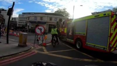 Un cycliste coupe la route aux pompiers et se fait renverser