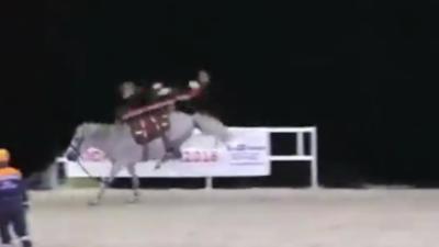 Des secouristes russes montrent comment transporter un blessé à cheval