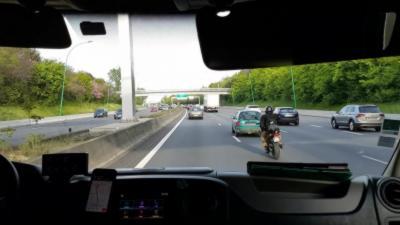 Un bon motard escorte le samu au milieu des bouchons