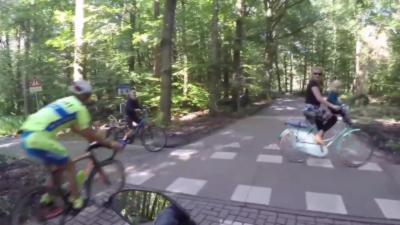 Des cyclistes grillent une priorité et manquent de percuter une famille