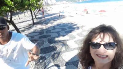 Une femme se fait voler son téléphone pendant un selfie