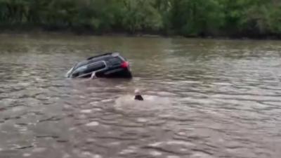 L'impressionnant sauvetage d'une femme bloquée dans sa voiture qui coule dans une rivière