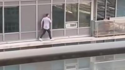 Un homme escalade un immeuble pour sauver son chat