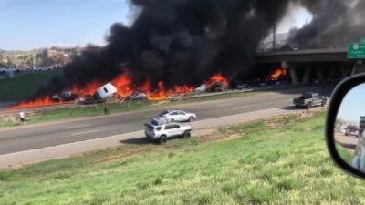 Plusieurs dizaines de voitures en feu après un accident créé par un semi-remorque sans freins