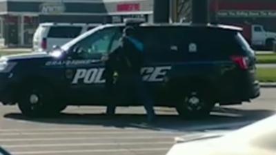 Un détenu vole une voiture de police pour s'enfuir