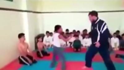 Un prof de karaté qui fait littéralement voler ses élèves