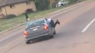 Après une dispute elle traîne son mari hors de la voiture sur plusieurs kilomètres