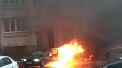 Un homme dort dans sa voiture alors qu'elle est en feu