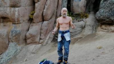 Un papy de 70 ans grimpe une crevasse à mains nues et sans équipements