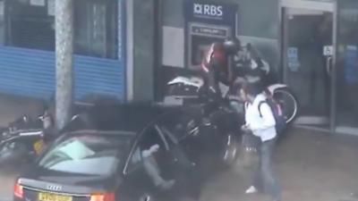 La police fonce dans 2 braqueurs qui s'apprêtaient à partir en moto