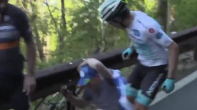 Un cycliste frappe un spectateur qui courait à côté de lui et qui le fait tomber