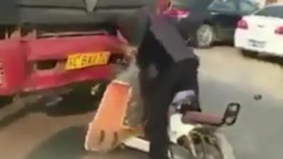 Un homme en scooter tape sa tête contre un camion après un road rage