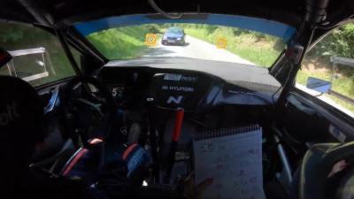 Un pilote de rallye arrive à pleine balle dans un virage et croise un automobiliste en contresens