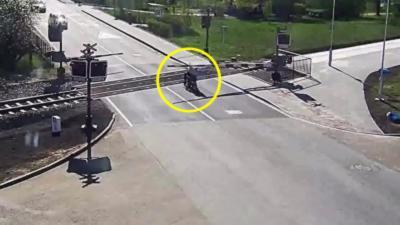Un homme sauve la vie d'un motard de 85 ans qui chute sur un passage à niveau