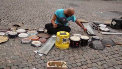 Il joue de la musique techno à un niveau de dingue juste en tapant sur des objets recyclés