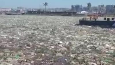 Plus de 300 tonnes de plastiques à la surface de l'eau dans un port après des inondations