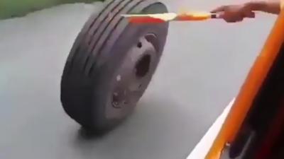Des patrouilleurs autoroutiers en grosse galère pour récupérer un pneu qui roule tout seul