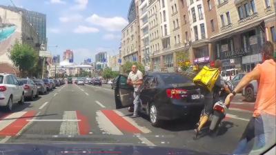 Un livreur à scooter percute une voiture et tente de prendre la fuite
