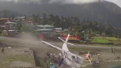 Un avion s'écrase sur un hélicoptère qui s'apprêtait à décoller