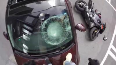 Un motard met un coup de gaz au lieu de freiner et percute une voiture